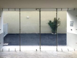 Vetrata d'ingresso con quattro moduli