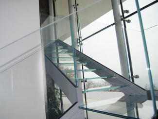 Scala modello Ninfa S con balaustre e gradini in vetro temperato