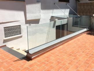 Balaustra e pensilina in vetro stratificato e temperato